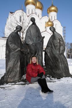 «Троица», арх. Н. Мухин. Установлен в 1995 году. Единственное скульптурное изображение Святой Троицы